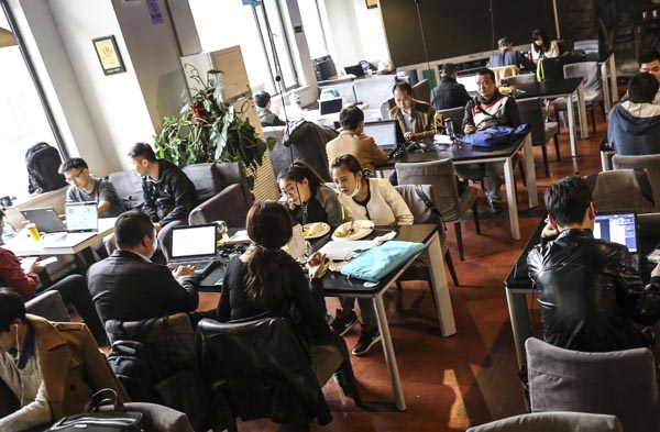 2015年3月31日,北京,中关村,车库咖啡,众多的创业者聚集在一起,享用廉价办公地。李坤 澎湃资料