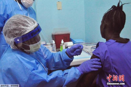 当地时间2015年2月2日,利比里亚蒙罗维亚,医护人员为民众注射埃博拉疫苗。截止目前,共有超过8500人死于埃博拉,其中绝大多数死亡病例是在几内亚、利比里亚和塞拉利昂。
