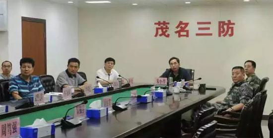 """图为朱小丹省长在""""彩虹""""袭粤期间在一线指挥抗灾。"""
