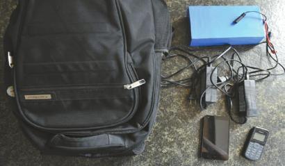 """裝在背包裡的""""偽基站""""全套設備。"""