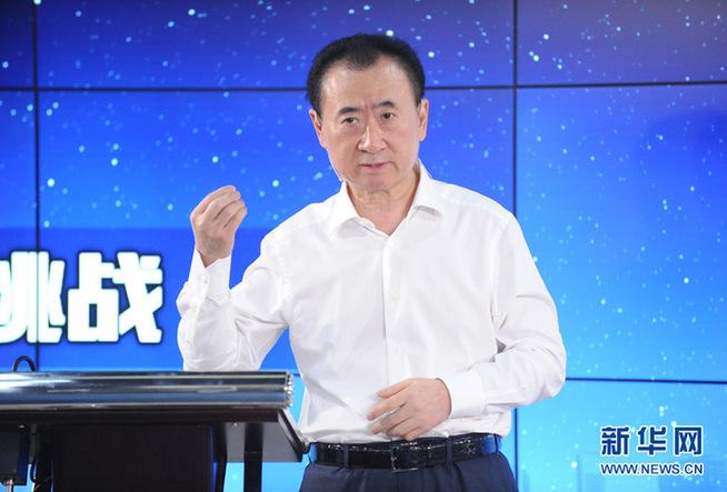 新华网消息 胡润研究院今日发布《胡润百富榜》,61岁的王健林及其家族以2200亿财富超过马云,第二次成为中国首富,财富比去年增长52%,87岁的李嘉诚位列第二。大陆十亿美金富豪人数首度超越美国,达596位。