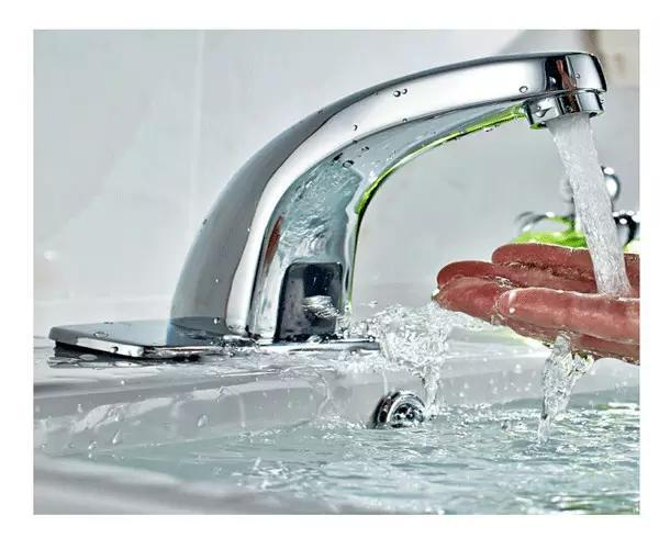 开龙头才会流出来(因果关系),自动出水的水龙头剥夺了孩子的这种探索.