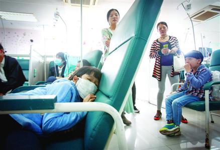 呈现上吐下泻病症的小门生朝气蓬勃/晨报记者 张佳琪