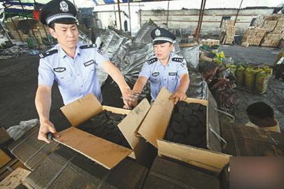 海关缉私人员查扣涉案货物。
