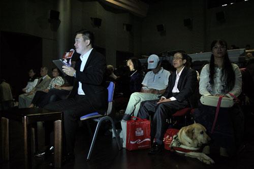 志愿者在解说电影