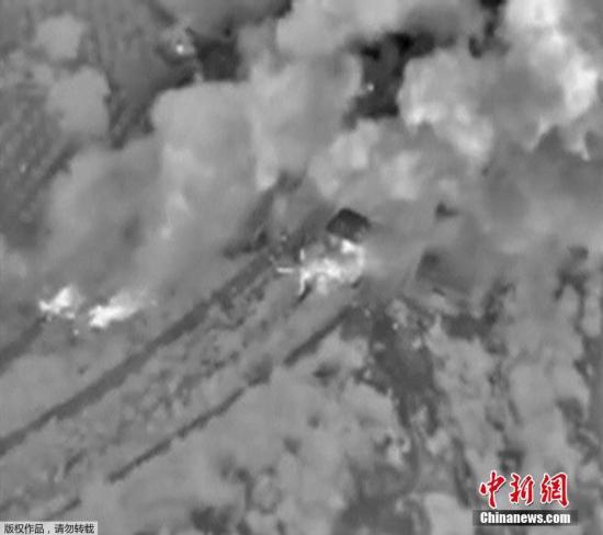 当地时间10月13日,俄罗斯国防部公布的视频显示俄罗斯战机空袭叙利亚境内极端武装时,导弹击中了弹药库引发大规模爆炸。