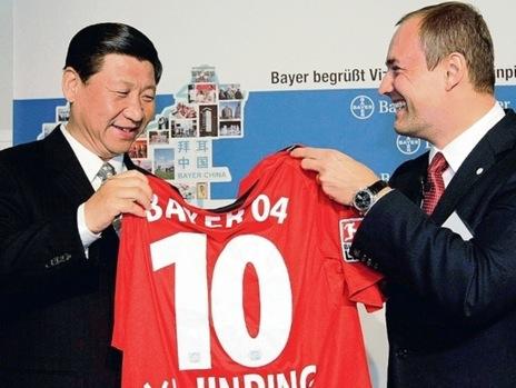 """2009年10月12日,时任国家副主席的习近平参观拜耳集团公司,接受了拜耳公司赠送的一件勒沃库森队10号球衣和一个2006年世界杯专用足球。他说:""""举办完奥运会之后,中国下了一个决心,既然我们其他的运动可以拿到金牌,那么足球啊,一定要下决心搞上去,但是这个时间会很长。中国有一流的球迷和全世界可观的足球市场,但目前水平比较低,希望可以迎头赶上。"""""""