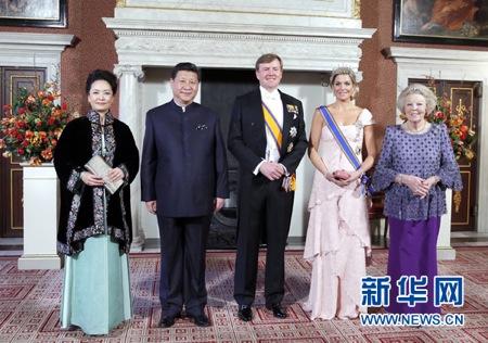 """2014年3月22日,荷兰国王威廉・亚历山大在王宫为习近平主席举行国宴。荷兰传奇门神范德萨也获邀参加。习近平微笑着与范德萨握手说,""""你在中国有许多粉丝,是中国球迷的偶像""""。习近平说:""""中国领导人邓小平就曾提出足球要从娃娃抓起,我们现在还要这么做,但取得效果还要一段时间。"""""""