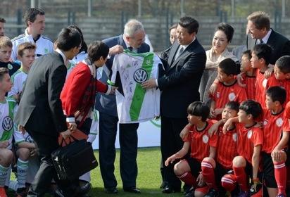 """2014年3月29日上午,习近平和夫人彭丽媛看望在德国训练的中国少年足球运动员,他说:""""在这里训练会对你们一生产生重要影响,对中国青少年足球发展起到带头作用,让更多青少年投身足球事业。我看好你们!看好你们这一代将来成为出色的足球运动员。这是我的愿望。"""""""