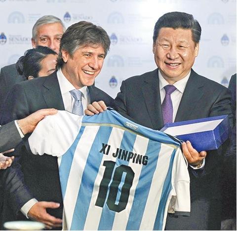 """2014年7月19日,习近平在阿根廷布宜诺斯艾利斯会见了马克里市长。马克里市长为习近平准备了一把城市钥匙、一件博卡青年队10号队服。此前阿根廷国会已向习近平赠送了阿根廷国家队10号队服,习近平还幽默地问道:""""转会费多少?"""""""