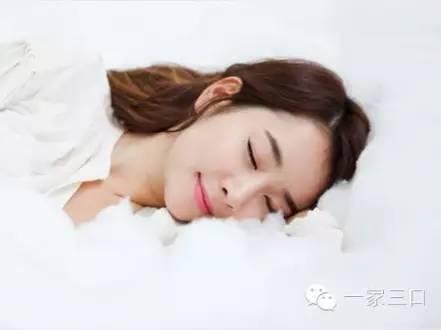 很多孕妈妈在怀孕之前对睡姿不讲究,趴着睡,侧着睡,甚至缩着身体睡