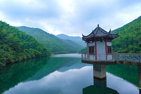 青山��9��ykd_静湖,波澜不惊的湖面上倒映着青山翠影,在这里可以乘坐竹筏,\