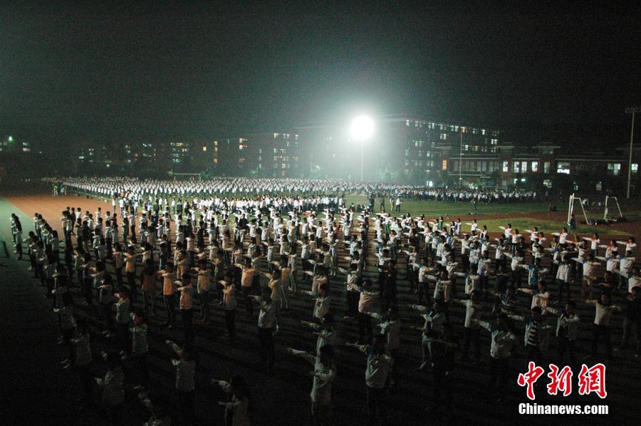 2015年10月15日,湖北襄阳,某高校数千名大一重生更阑在操场上做播送体操,喊标语,现场震动。据理解,此举是为了备战该校的播送体操竞赛,门生们偶然会保持到早晨9点多才回宿舍。图像来历:CFP视觉国家
