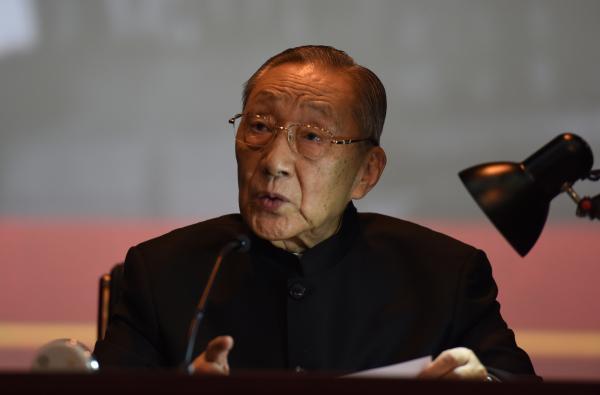 2015年10月16日,北京,地方政治局原常委李岚清出如今北京影戏学院的课堂上清唱《莫斯科郊野的早晨》。 CFP 图
