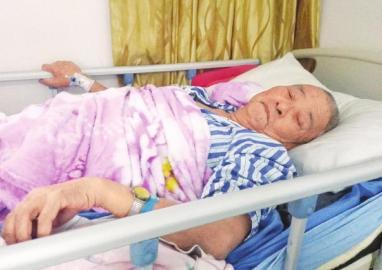 10月17日,85岁的罗登贵老人正在医院接受治疗。