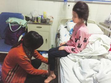 在病院的小雪和母亲。