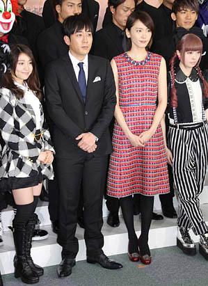 与身高157cm的卡莉怪妞和152cm的大岛优子站在同一排同样也是巨人的