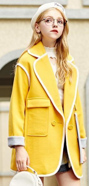 黄色衣服太明显怎样回比人_黄色服装,既贴心温暖,又能成为街头惹眼!