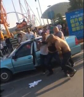 收取维护费未果,6名女子持械狂殴一位的士司机,致其满身多处骨折。面临赶到的民警,行凶女子仍气势猖狂。17日下午,发作在武汉欢畅谷门前的顽劣一幕被是目睹者拍下后公布到网上,惹起许多市民心愤。网友们对这伙女子的暴行感触十分愤恨,需要警方重办打人凶手。