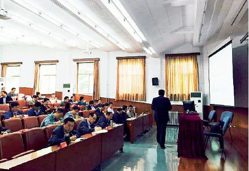 """""""新疆班""""教员在中心党校上课。"""