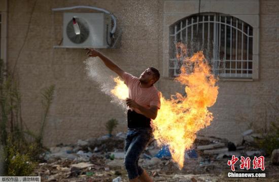 资料图:一名巴勒斯坦民众向以色列军队投掷自制燃烧瓶。