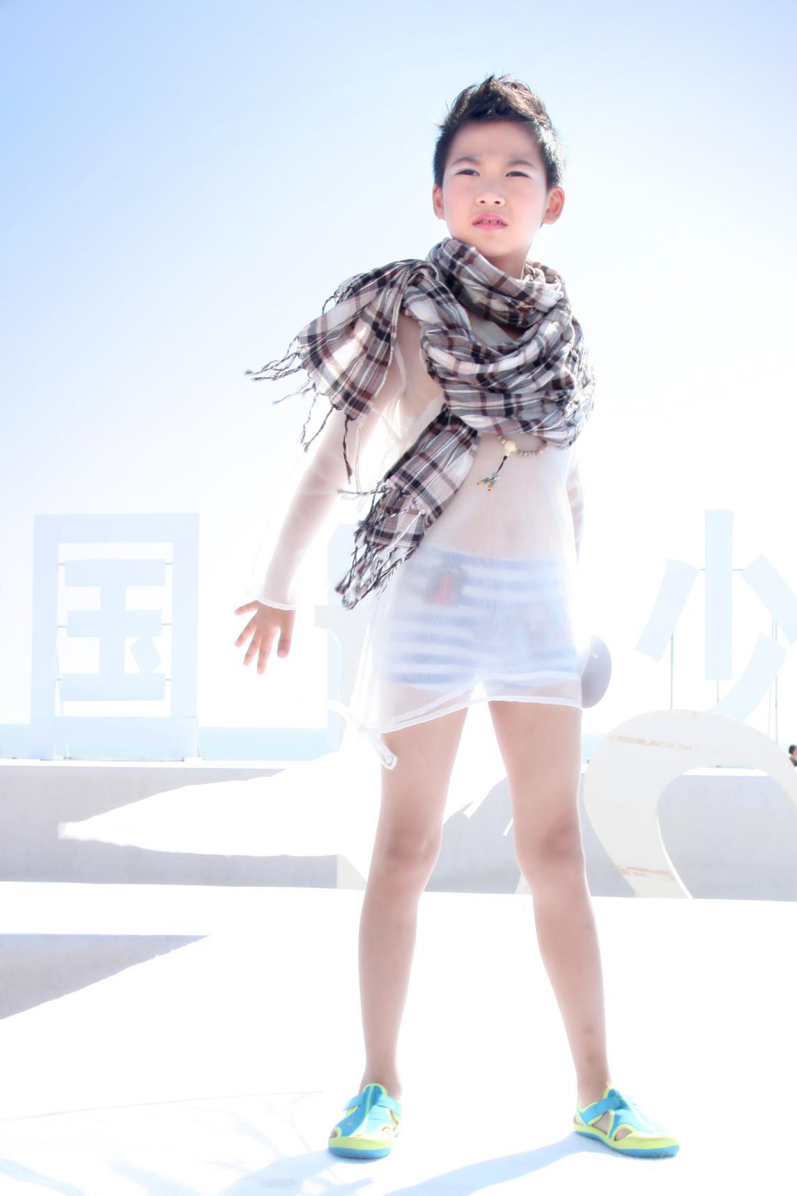 中国少儿模特协会的男模团助阵…一个个身着靓丽泳装的小精灵向着碧海