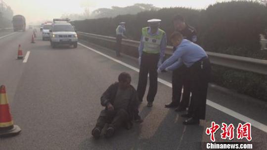 """老汉躺在高速路上睡觉 被当成""""尸体""""报警(图)"""