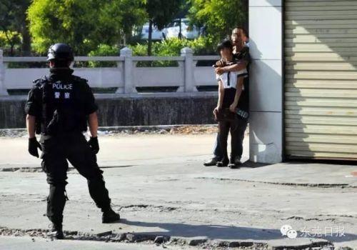 东莞被狙劫匪挟持遇超淡定女孩:死就死呗