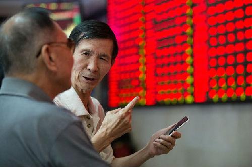 股民在讨论股票(资料图片)