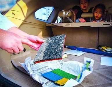 浦江一幼翡翠分园家长剥下儿童园的塑胶跑道,筹算本人先找组织作审定。/晨报记者 张佳琪