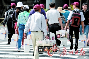 今年十一黄金周期间,日本东京,中国游客在购物街狂购。CFP图