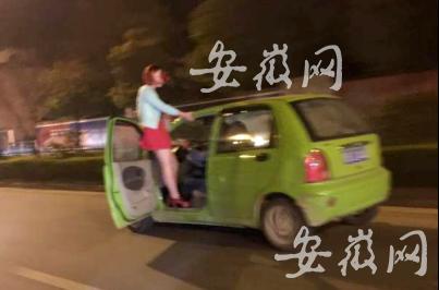 女子手扶门框站在车外 淡定看男子高速驾驶