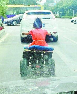 女孩马路上骑沙滩摩托车兜风 交警介入调查