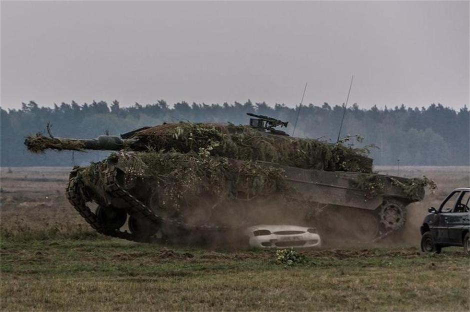 """近日,波兰骑兵师一辆重约60吨的德制""""豹2""""坦克 ..."""
