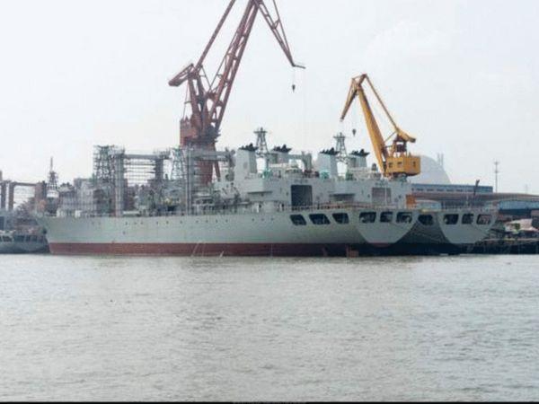 """903型补给舰首舰""""千岛湖""""舰于2003年7月下水,在其二号舰""""微山湖""""舰入役后,903型升级为903A型,其排水量为2.3万吨,长178.5米,宽24.8米,吃水8.7米,动力为2台2.4万马力的柴油发动机,最高航速19节,续航力为1万海里/14节,舰员130人,可搭载2架直-8直升机。目前903与903A型舰服役与在建的总共有6艘,外媒消息称计划建造的数量为8艘以上。图为建造中的903A型综合补给舰。"""