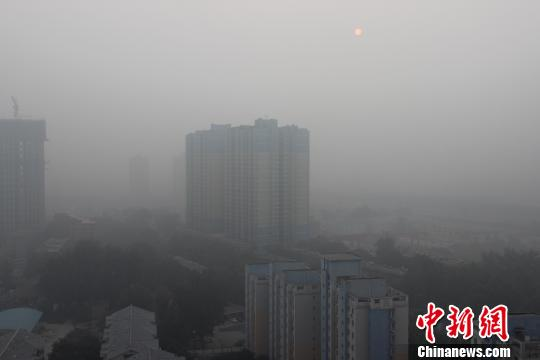 10月20日西安清晨的雾霾天。 记者 冀浩凡 摄