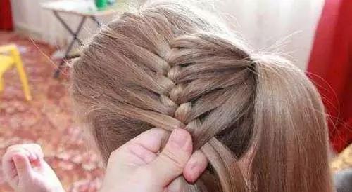 再从马尾辫中分出一股头发,按普通的方法开始编织三股辫.