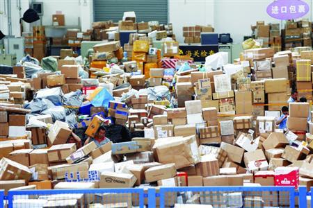 上海邮政国际邮件处置核心操纵区内的入口包裹沉积如山 本幅员片/晨报记者 殷立勤