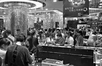 """10月19日,香港发作一同沿海旅客遭游览团领队及""""不明人士""""围殴的事情,原因是沿海旅客逛珠宝店""""嫌贵不买"""",领前又与领队发作争执,遭奥秘女子拖出店围殴。最新音讯是,被打伤的54岁沿海男旅客已于20日10时45分不治身亡,香港警方已将案子改成误杀案,交由重案组处置,现有4人涉案被捕。"""