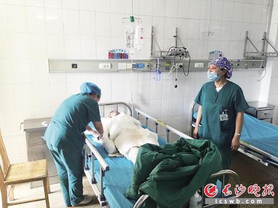 小伙全身99%烧伤营养不良 最美护士送母乳续命