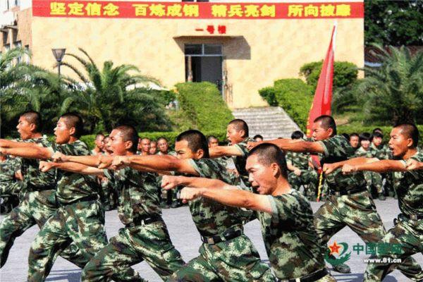 边防武警大学生新兵训练验枪 打拳显霸气