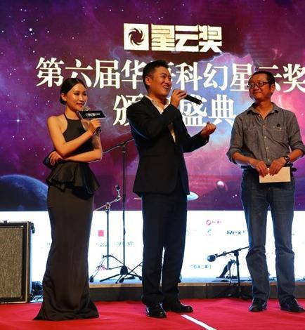 游族影业CEO孔二狗(右二)与刘慈欣(右一)