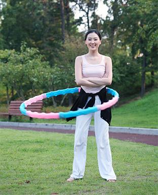 晃呼啦圈减肥瘦身正确转呼啦圈的功效与方法亮片女图片