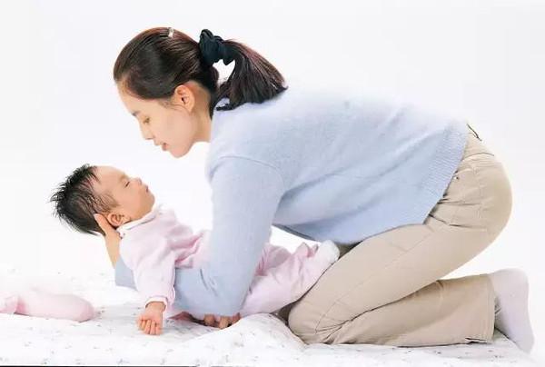 抱婴儿 手绘