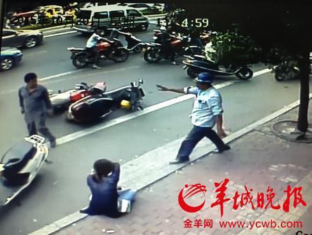 两涉事车主发生纠纷后,一名路过的老伯挺身而出进行劝架。