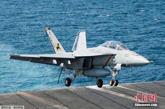 """当地时间9月23日,美国海军F/A-18E超级大黄蜂完成对叙利亚""""伊斯兰国""""目标空袭行动后登上乔治·布什号航空母舰。"""