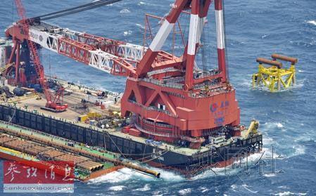 中国在东海进行新油气田开采施工的大型起重船。(共同社)