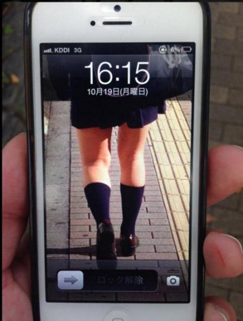 开机关机偷拍_Δ网友找回手机,开机后的锁定画面竟然变成偷拍的女子腿照,让人直呼