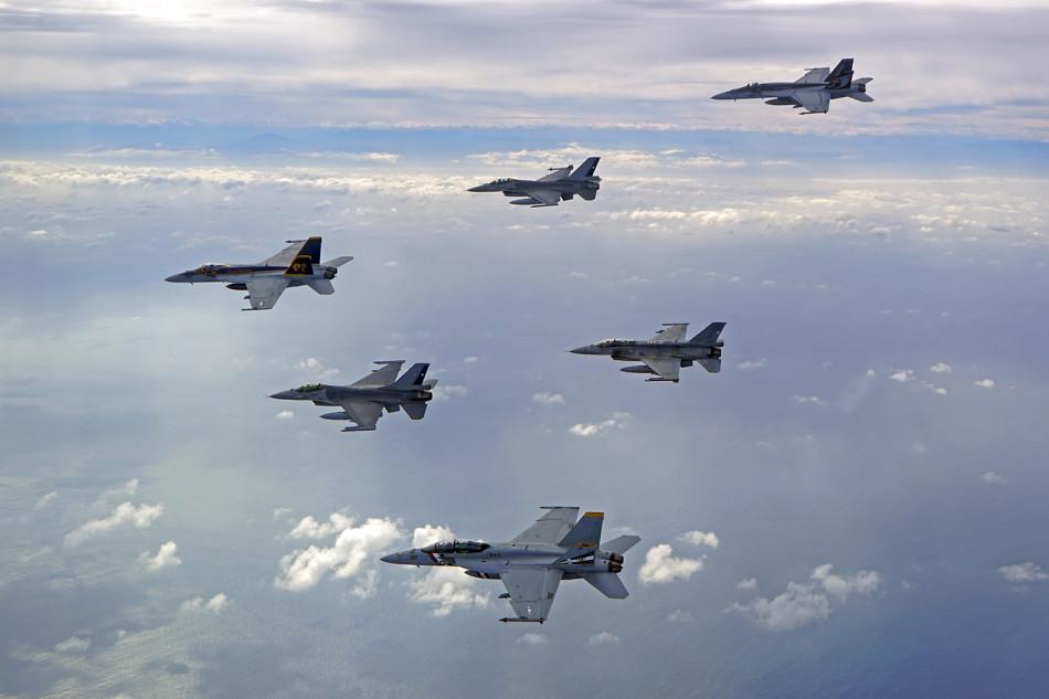��G�f��3���_美军舰载机群与智利f-16玩编队(1/3)(组图)