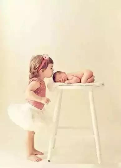 有我在你身边,你就安心睡吧.我会一直陪着你长大!图片